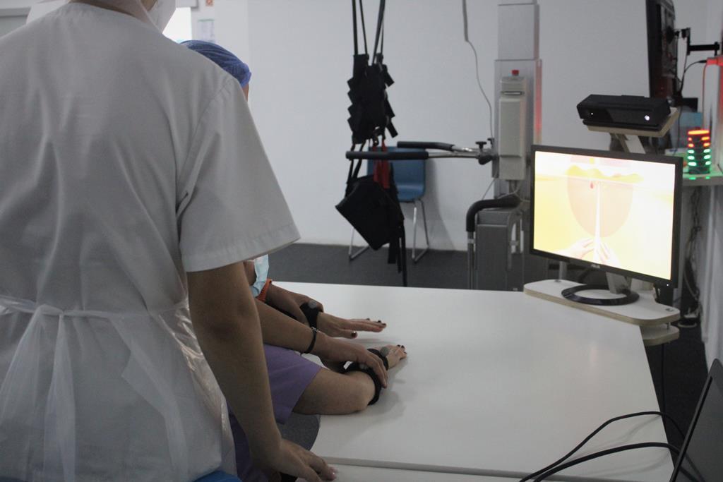 Utente do Centro CEREBRO a recorrer ao sistema RGS (Rehabilitation Gaming System) para acelerar a recuperação funcional das capacidades motoras e cognitivas. Foto: Centro CEREBRO.