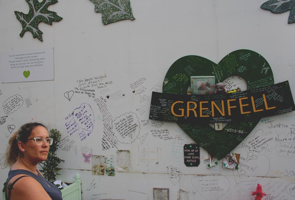 As vítimas da noite de 14 de junho de 2017 recordadas no mural da Grenfell Tower  Foto: António Fernandes/RR