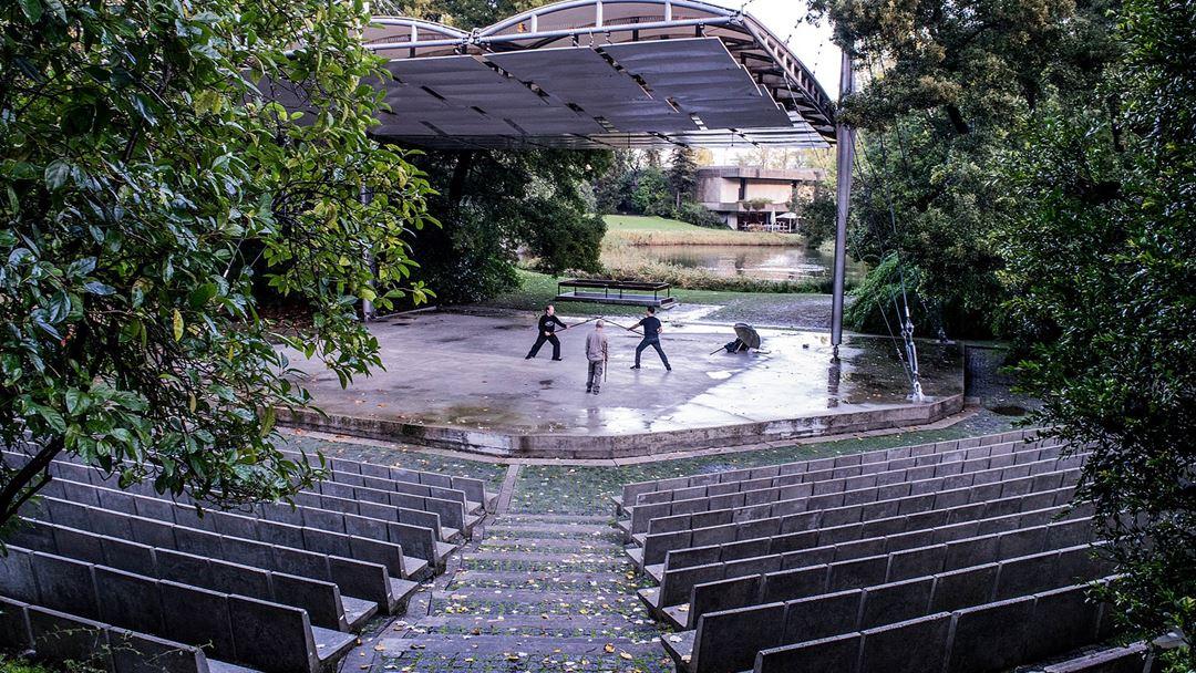 O anfiteatro ao ar livre é um dos elementos desenhados pelo arquiteto nos jardins da Gulbenkian, em Lisboa. Foto: Wikimedia