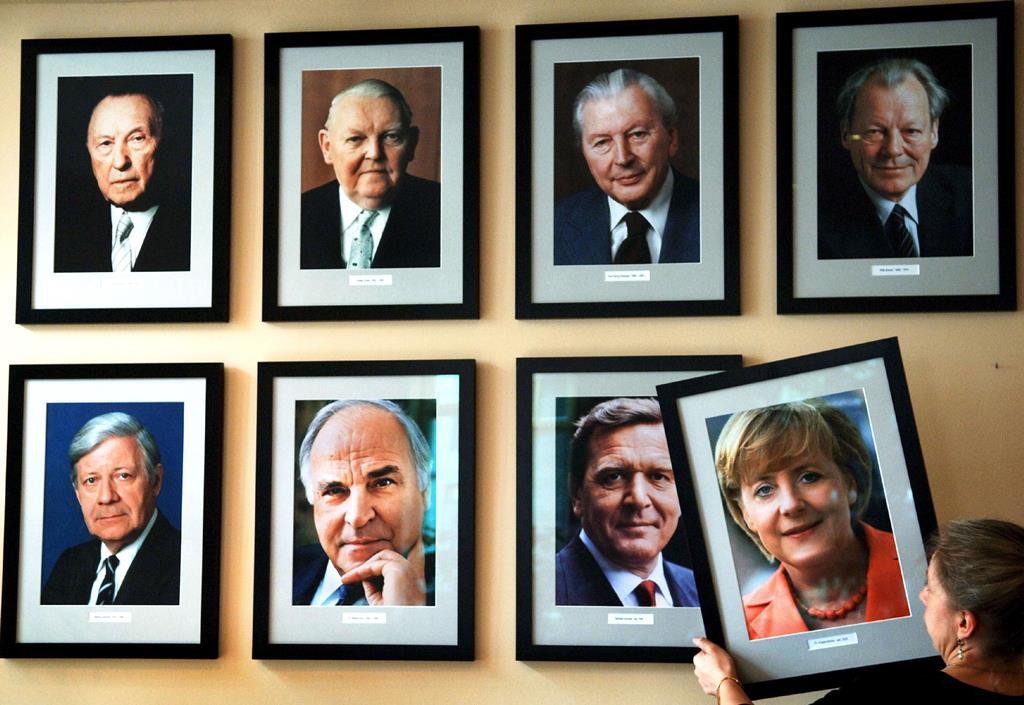 Retrato de Angela Merkel na galeria dos chanceleres do bar KanzlerEck, em Berlim. Foto: Jens Buettner/EPA