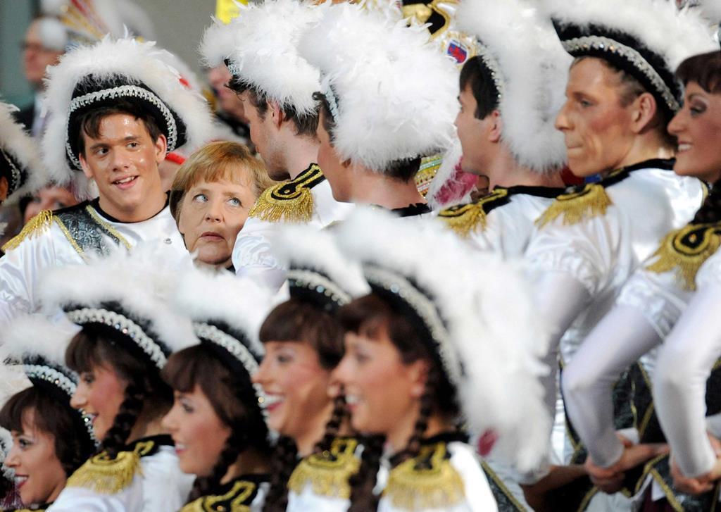 Angela Merkel com um grupo carnavalesco em Berlim, em janeiro de 2012. Foto: Maurizio Gambarini/EPA