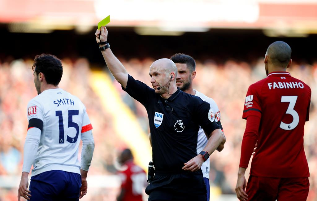 Anthony Taylor exibe cartão amarelo em jogo da Premier League. Foto: Phil Noble/Reuters