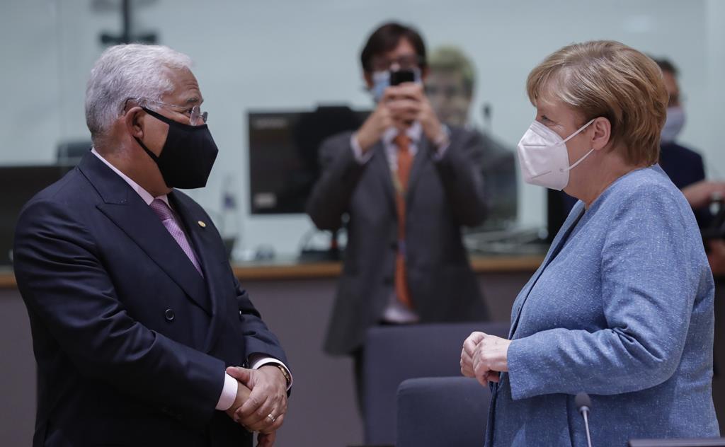 Angela Merkel criticou a abertura de Portugal e agora a Alemanha limitou as viagens ao país. Foto: Olivier Hoslet/EPA