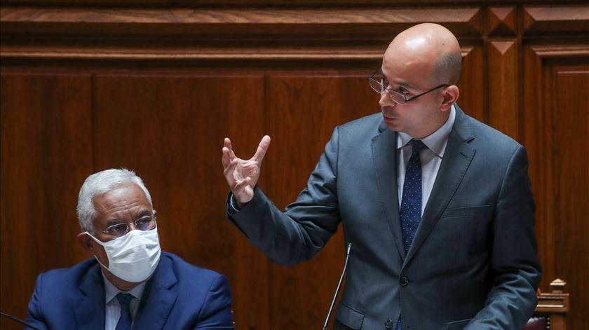 António Costa e João Leão no debate do Orçamento Suplementar. Foto: Manuel de Almeida/Lusa