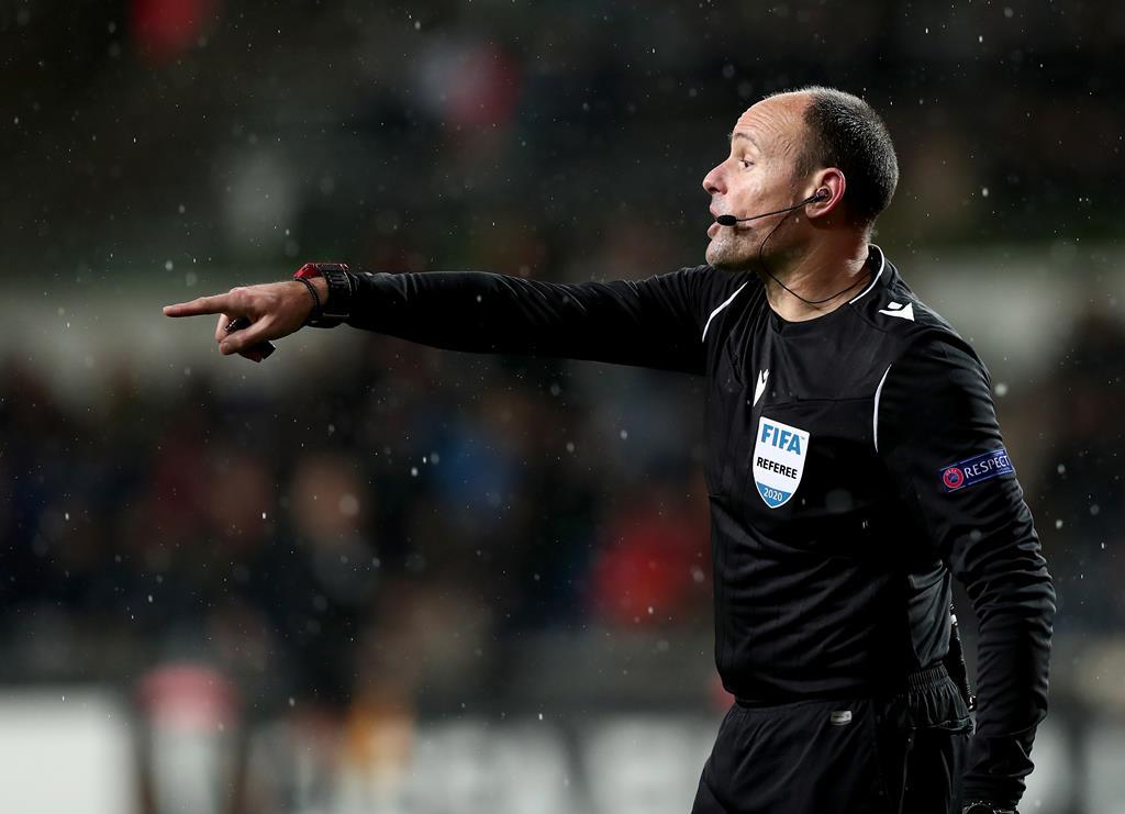 Mateu Lahoz estará em Budapeste para apitar o Portugal-França Foto: Sedat Suna/EPA