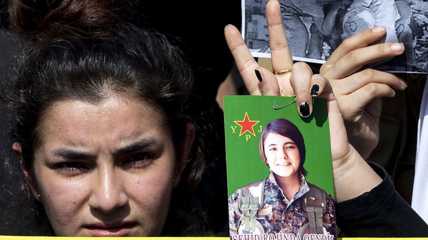 Apoiante das milícias curdas na Síria. Foto: Nabil Mounzer/EPA