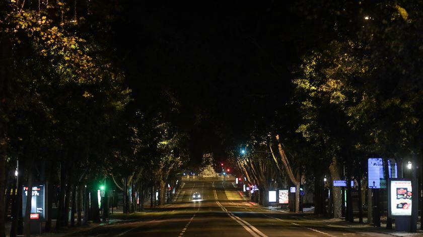 Avenida da liberdade, em Lisboa, completamente vazia, durante o recolher obrigatório. Foto: Tiago Petinga/Lusa