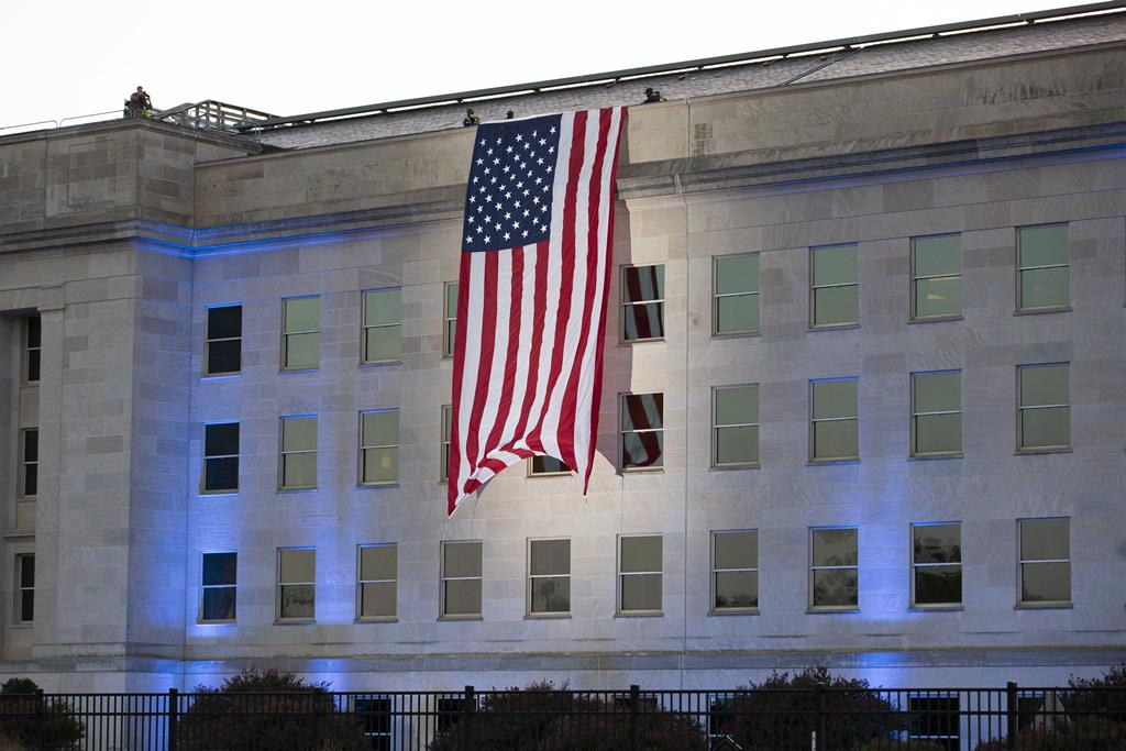 Bandeira é colocada no edifício do Pentágono, nos Estados Unidos, para assinalar os 20 anos do 11 de setembro. Foto: Michael Reynolds/EPA