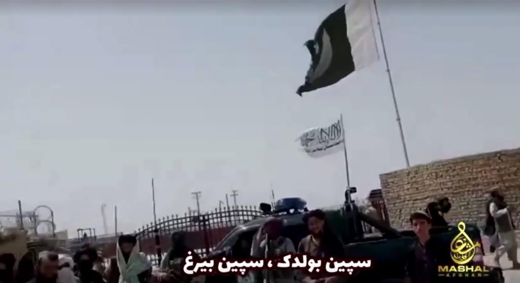 Frame de um vídeo publicado pelos talibã mostra a sua bandeira a sobrevoar o posto fronteiriço de Spin Baldak, entre o Afeganistão e o Paquistão. Foto: Frame