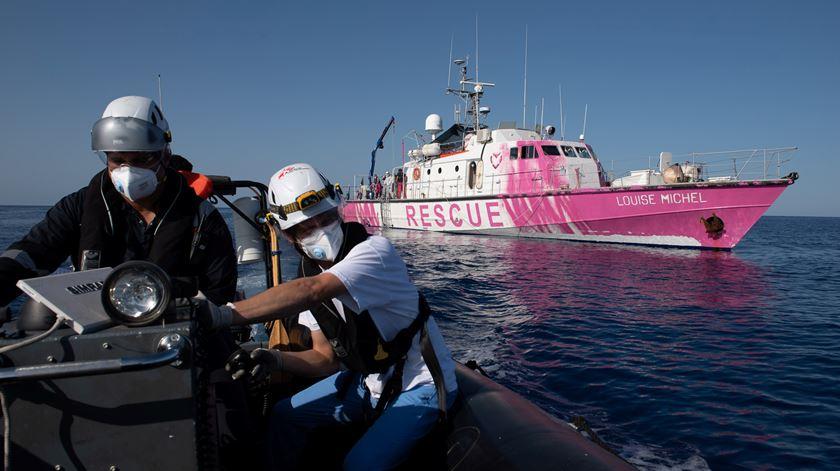 Navio humanitário de salvamento de migrantes, financiado e pintado por Banksy, tem emitido vários pedidos de ajuda nos últimos dias. Foto: Reuters