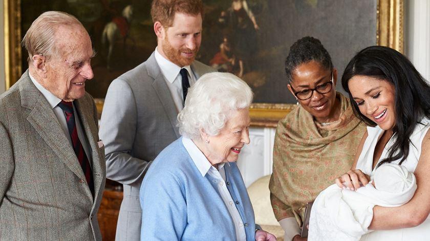Bebé Sussex apresentado à rainha e ao duque, aquando o nascimento. Foto: Domic Lipinski/EPA