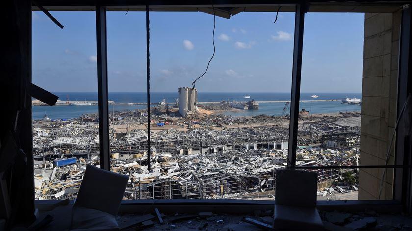 Material explosivo estava armazenado no porto de Beirute desde 2014. Desastre provocou pelo menos 145 mortos, 5 mil feridos e meio milhão de deslocados. Foto: Wael Hamzeh/EPA