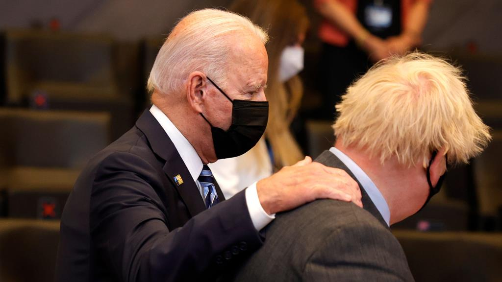 Joe Biden com Boris Johnson durante reunião da NATO Foto: Olivier Matthys/EPA