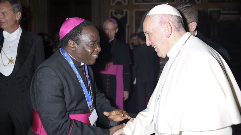 D. Matthew Kukah, Bispo de Sokoto, com o Papa Francisco.  Foto: Diocese de Sokoto