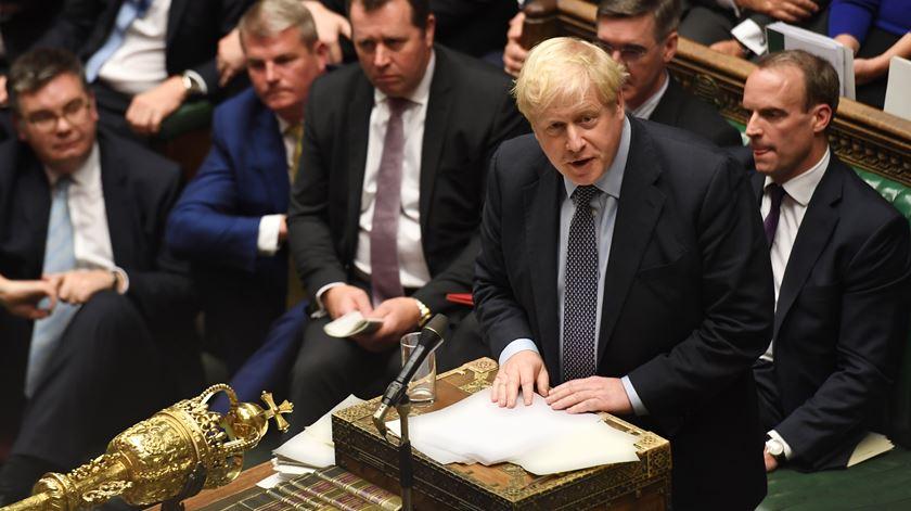 Brexit no Parlamento a defender o acordo do Brexit, em Outubro de 2019. Um ano depois defende legislação que viola o acordo. Foto: Jessica Taylor/EPA