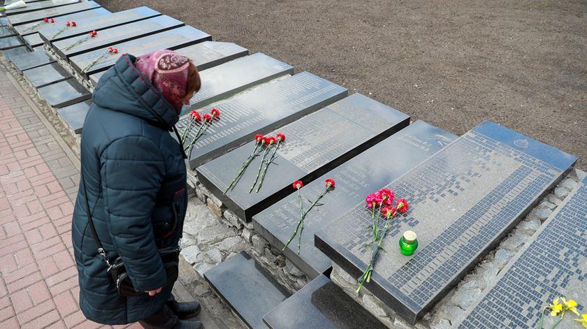 Homenagem em Slavutych. Foto: Valentyn Ogirenko/Reuters
