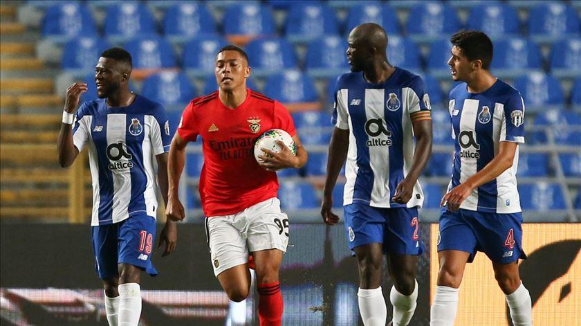 Carlos Vinícius reduziu de grande penalidade.  Foto: Paulo Cunha/Lusa