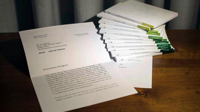 Carta de Bento XVI, cujas últimas linhas foram desfocadas pelo monsenhor Dario Viganò. Foto: Osservatore Romano via Reuters