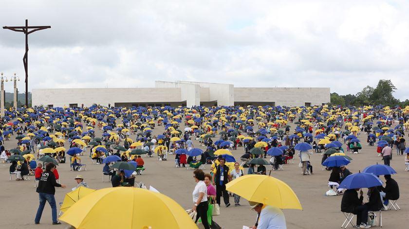 Milhares de equipistas no Santuário de Fátima. Cada guarda-sol representa um casal em diálogo. Foto: ENS/Joana Baptista