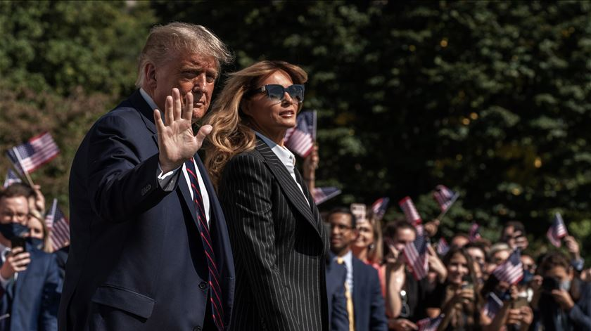 """O Presidente continua cansado, mas com bom moral"", diz Sean Conley, o médico do casal Trump na Casa Branca. Foto: Ken Cedeno/EPA"