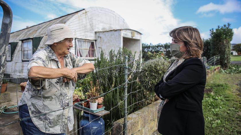 Catarina Martins conversa com uma moradora do bairro do Aeroporto, em Vila do Porto, Açores. Foto: Andté Kosters/Lusa