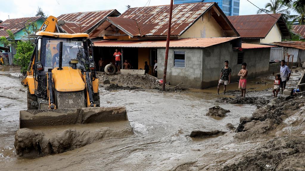 As ruas de Díli estão cheias de lama. Foto: António Dasiparu/EPA