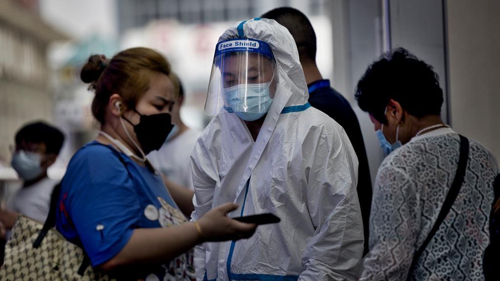 Mulher mostra certificado de saúde numa estação de comboios. Foto: Alex Plavevski/EPA