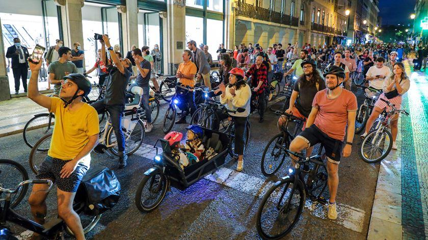 """Cerca de mil pessoas pedalaram pela ciclovia da Almirante Reis. Por """"uma cidade segura para todas as pessoas"""""""