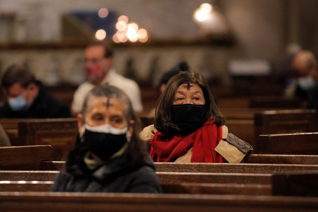 Fiéis com cinzas em tempo de Pandemia. Foto: Brendan McDermid/Reuters