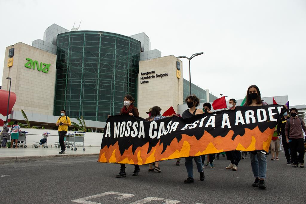 O protesto do Climáximo partiu da frente do aeroporto e travou durante mais de uma hora a rotunda principal. Foto: Hélio Carvalho/RR