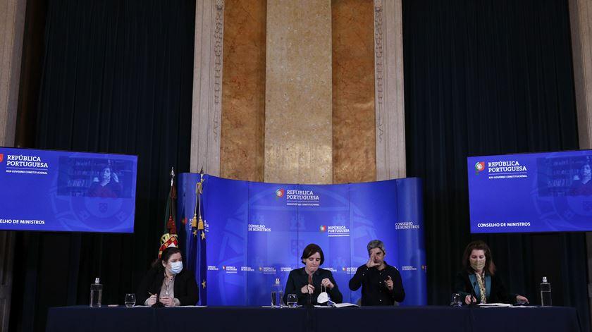 Aguradar pelo anúncio do conselho de ministros tornou-se um hábito dos portugueses, no momento da decisão entre levantamento ou reforço das restrições. Foto: António Cotrim/ Lusa