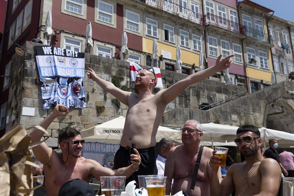 Adeptos ingleses encheram certas zonas do Porto sem máscara. Foto: José Coelho/Lusa