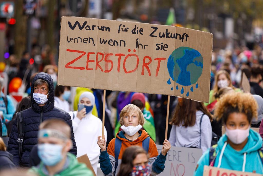 Protesto ambiental Sextas-feiras pelo Futuro nas ruas de Colónia, inspirado na adolescente sueca Greta Thunberg.. Foto: Imago Images/Future Image/Reuters
