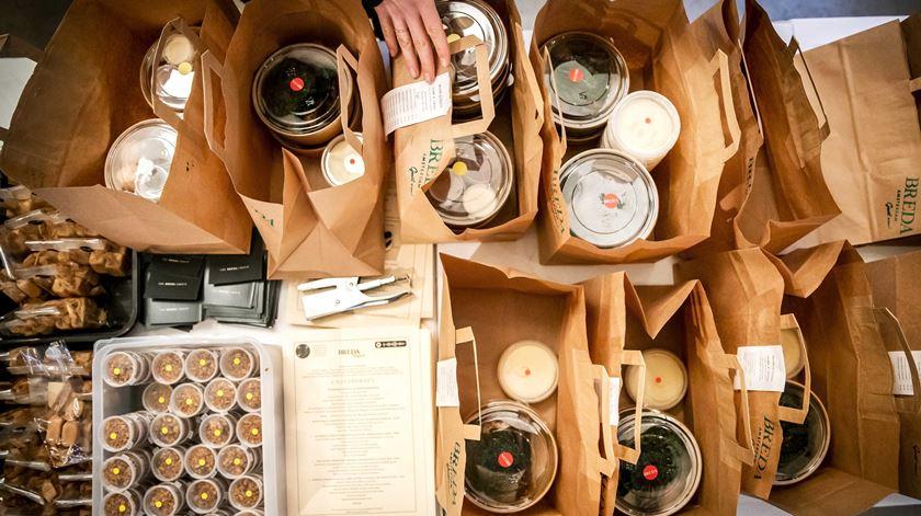 Os restaurantes a funcionar em regime de take away durante o confinamento geral não tiveram limites nos horários de funcionamento. Foto: Remko de Waal/ EPA