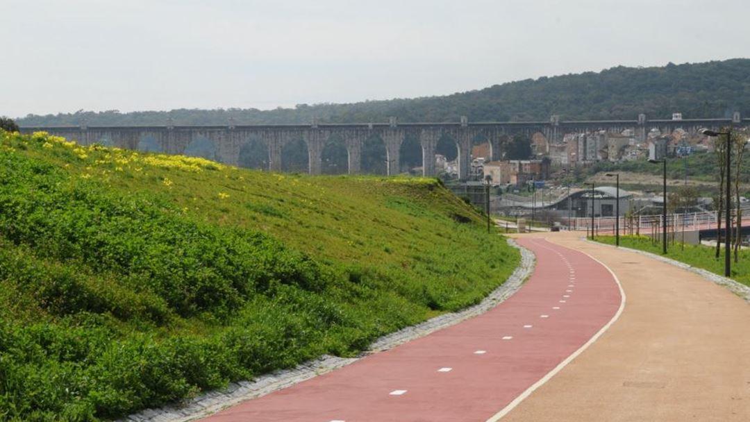 Projetado nos anos 70 por Ribeiro Telles, o Corredor Verde de Monsanto, que liga o Parque Eduardo VII ao Parque Florestal de Monsanto por vias pedonais, apenas viu a luz do dia em 2012.