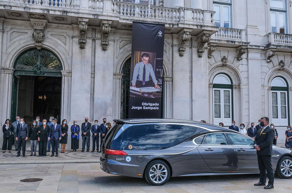 Foi o primeiro momento de homenagem pública deste sábado ao antigo Presidente da República, que morreu na sexta-feira. Foto: Rui Minderico/Lusa
