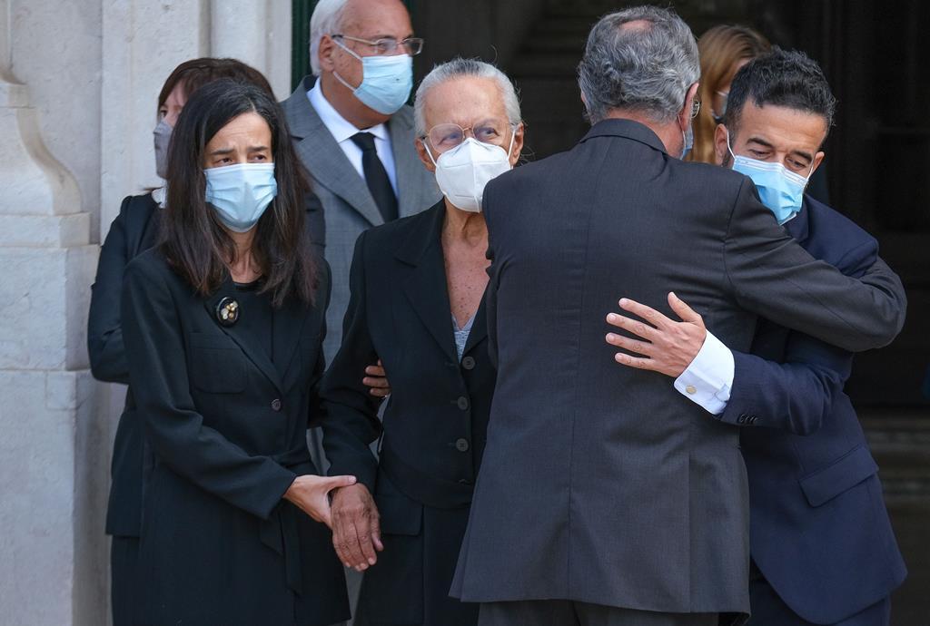 À espera do cortejo fúnebre estavam a mulher, Maria José Ritta, e os dois filhos. Foto: Rui Minderico/Lusa