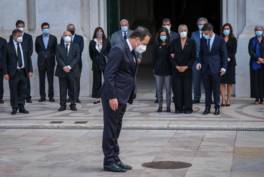 Fernando Medina presta homenagem a Jorge Sampaio, durante o cortejo fúnebre, à porta da Câmara Municipal de Lisboa. Foto: Rui Minderico/Lusa