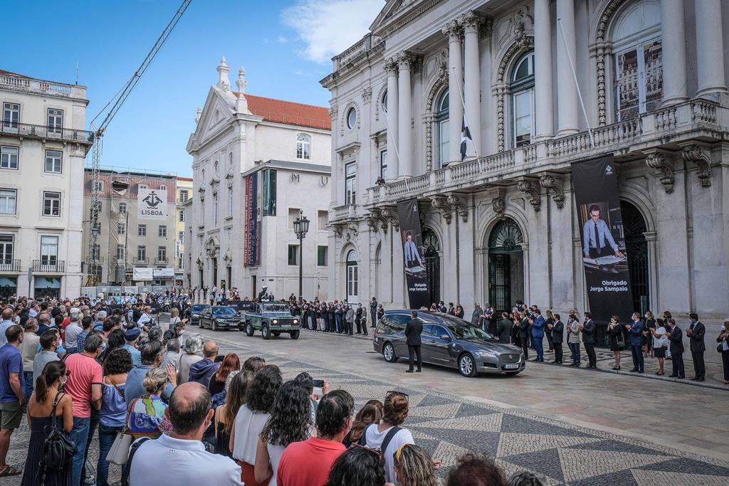 Dezenas de populares juntaram-se também à homenagem na Praça do Município, onde se foram concentrando desde antes das 10:00 da manhã. Foto: Rui Minderico/Lusa