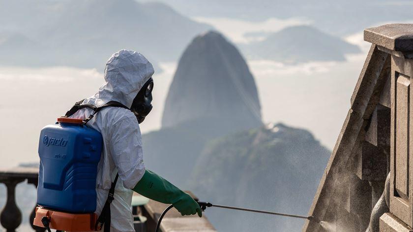 Militares desinfetam o Cristo Redentor, uma das principais atrações turísticas do Rio de Janeiro. Foto: Fernando Maia/EPA