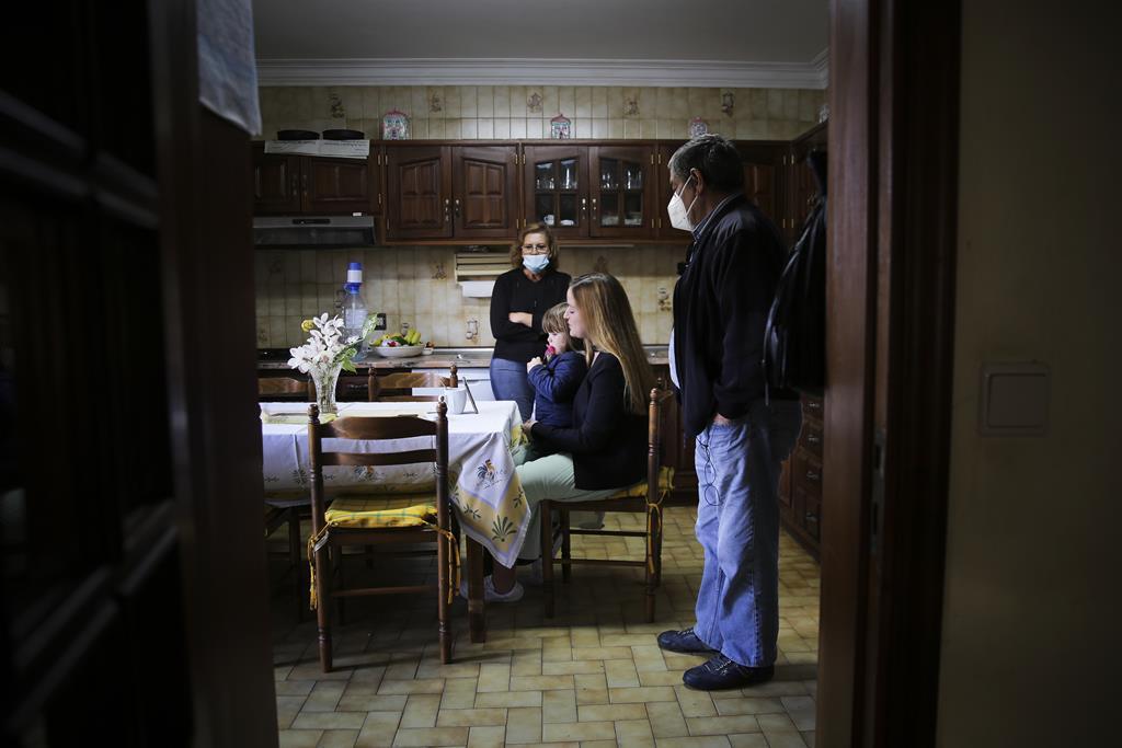 António vive rodeado dos filhos e netos, que o visitam diariamente.