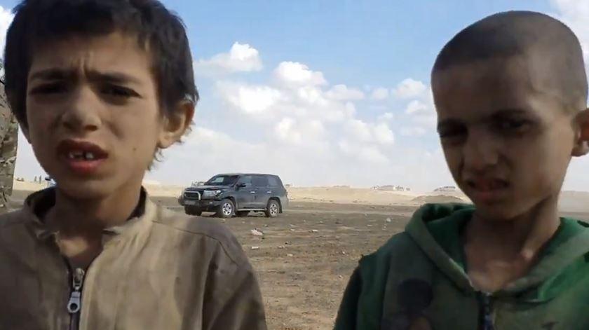 Duas das crianças raptadas pelo Estado Islâmico e devolvidas à família no Iraque. Foto: Twitter