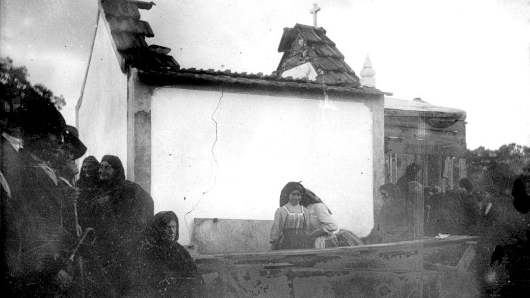 Foto da primeira missa celebrada na Capelinha, em 13 outubro de 1921. Foto: Santuário de Fátima