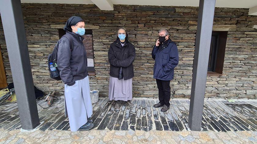 D. José Cordeiro com as duas monjas. Foto: Olímpia Mairos/RR