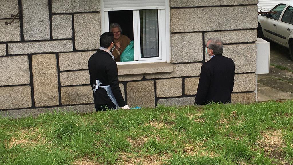 D. José Cordeiro EM visita à população durante a primeira vaga da pandemia, em abril deste ano. Foto: DR