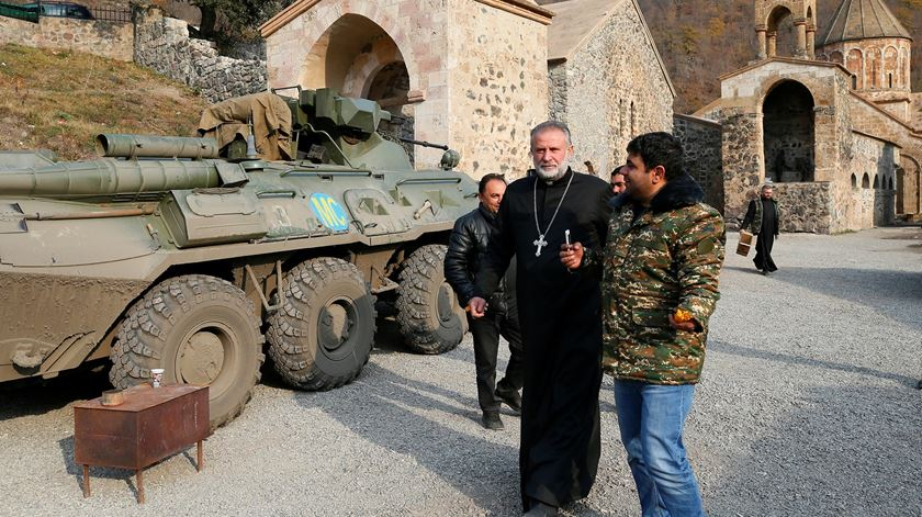O abade do mosteiro de Dadivanka, padre Hovhannes, dias antes do território de Karvachar/Kalbajar ser entregue a forças do Azerbaijão. Foto: Stringer/Reuters