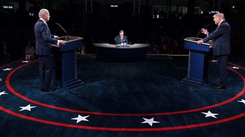 Donald Trump e Joe Biden no primeiro debate para as presidenciais dos EUA, em Cleveland, Ohio. Foto: Olivier Douliery/EPA