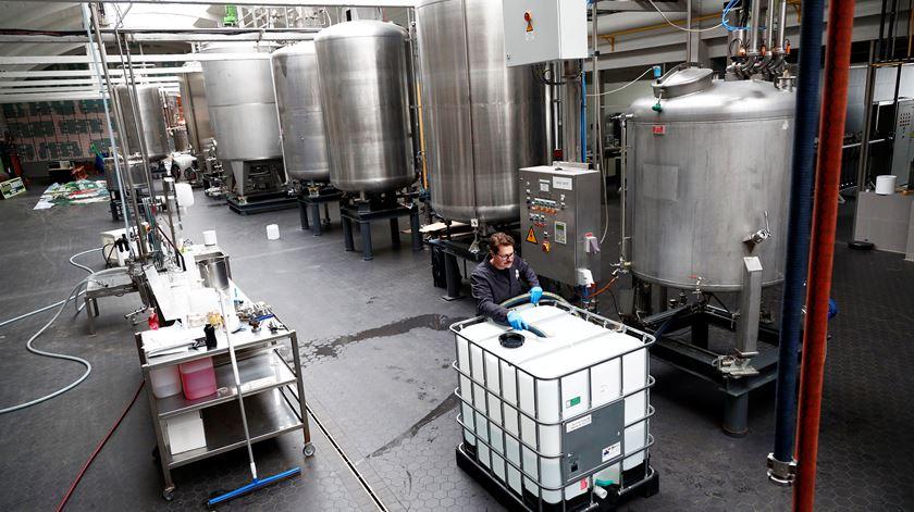 Destilaria na Bélgica adapta produção de gin para álcool Foto: François Lenoir/Reuters