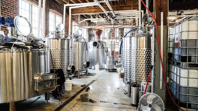 Destilarias produzem álcool e gel desinfetante para combater coronavírus Foto: Michelle Pemberton/Reuters