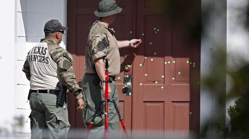 Marcas de bala na porta da Igreja de Sutherland Springs, no Texas. Foto: Larry W. Smith/EPA